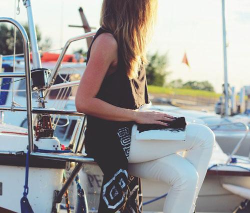 fremhævede billede Flyv som en supermodel Skinny hvide jeans og flowy button down kjole med sandaler - Flyv som en supermodel - de 6 bedste outfits til lufthavnen