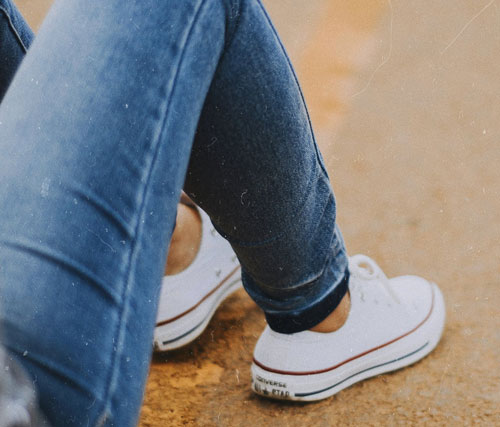 fremhævede billede Skinny jeans med enkel t shirt og hvide sneakers - Flyv som en supermodel - de 6 bedste outfits til lufthavnen