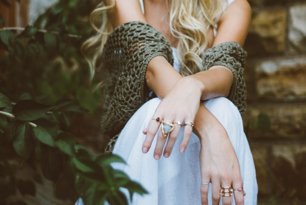 brooke cagle kElEigko7PU unsplash 1024x687 - Smukke smykker i flot design som alle har råd til