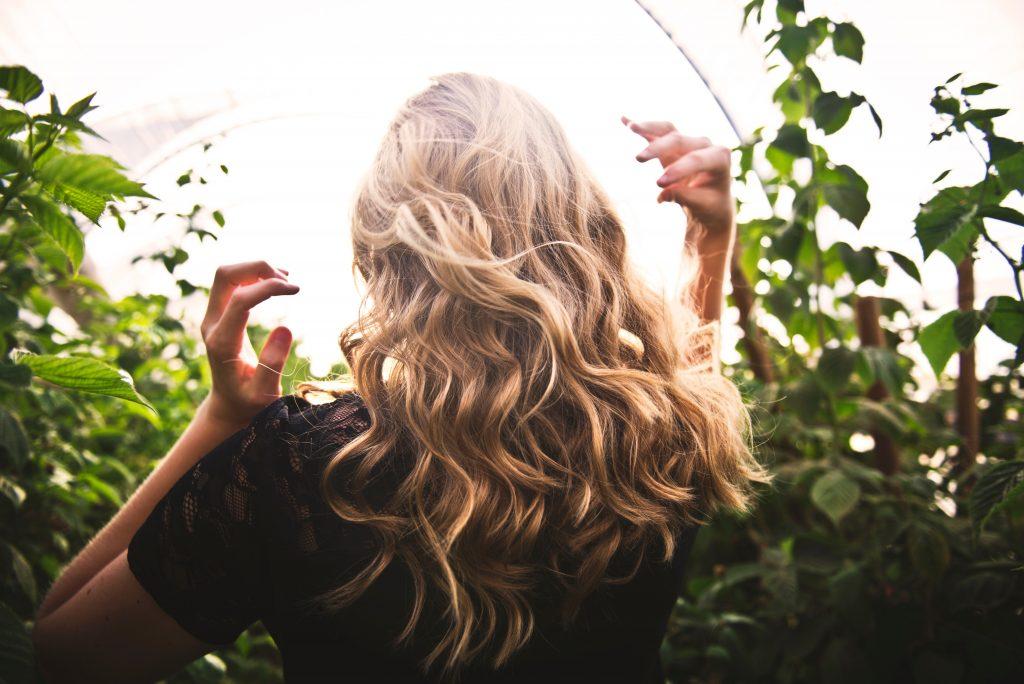 pexels tim mossholder 1049687 1024x684 - Genvejen til sundt og lækkert hår