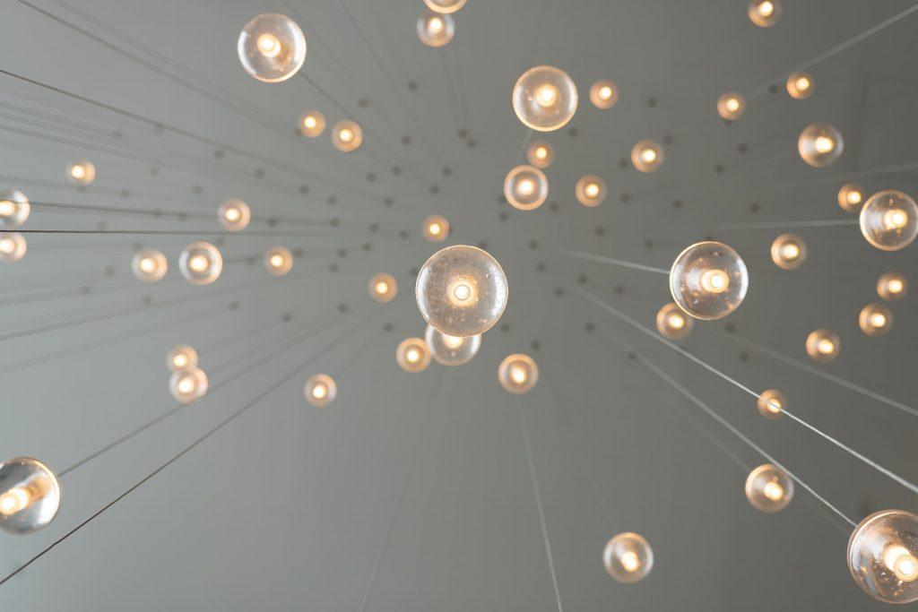 skye studios NDLLFxTELrU unsplash 1024x683 - Lys dit soveværelse op på den helt rigtige måde