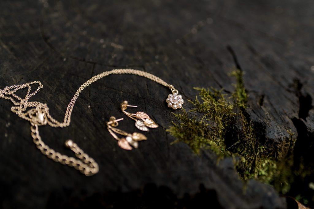 danielle gehler dvHFa8FJ9RY unsplash 1024x683 - Disse smykker bør du have i smykkeskrinet