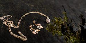 Disse smykker bør du have i smykkeskrinet